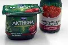 Rússia Berezniki o 22 de fevereiro: Produtos láteos no alimento ACTIVIA do supermercado de França imagens de stock