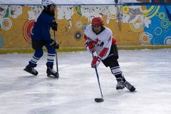 Rússia Berezniki o 13 de março: saude o competiam semi-final do jogo de patinagem entre os resultados fotos de stock royalty free