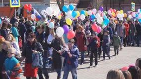Rússia Berezniki pode 1, 2018: festival na rua, celebração da parada anual ao longo da avenida da cidade video estoque