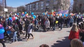 Rússia Berezniki pode 1, 2018: o começo dos grupos de pessoas do festival vai no feriado video estoque