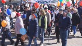 Rússia Berezniki pode 1, 2018 paradas que de carnaval um grande número de povos está indo comemorar filme