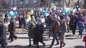 Rússia Berezniki pode 1, 2018: povos alegres que andam no quadrado com as bolas em suas mãos filme