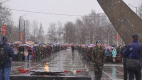 Rússia Berezniki pode 9, 2018: povos com retratos que comemoram Victory Day na grande guerra patriótica vídeos de arquivo