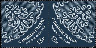 RÚSSIA - CERCA DE 2012: Um selo impresso em Rússia devotou o ano novo feliz, cerca de 2012 Fotografia de Stock Royalty Free