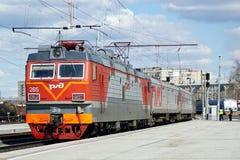 Rússia, cidade de Magnitogorsk, - abril, 25, 2015 O trem de passageiros com locomotiva elétrica chega na estação imagens de stock
