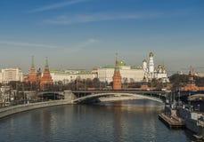 Rússia Cidade de Moscovo Grande ponte de pedra e o Kremlin Fotos de Stock Royalty Free
