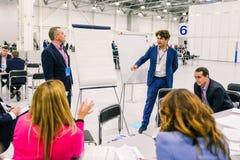 Rússia, cidade Moscou - 18 de dezembro de 2017: Executivos para falar e discutir ideias As unidades de negócio de povos são fotografia de stock royalty free