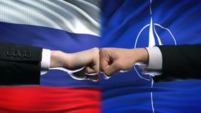 Rússia contra o conflito da OTAN, relações internacionais, punhos no fundo da bandeira filme