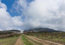 Rússia Crimeia na primavera Baixas nuvens Fotos de Stock