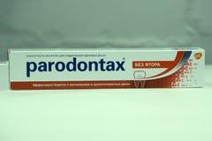 Rússia 22 de fevereiro de 2018: a caixa do dentífrico fluoreto-livre de Parodontax para manter a saúde da goma combate eficazment foto de stock royalty free