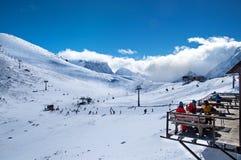 Rússia, Dombai- 7 de fevereiro de 2017: Ideia bonita da estância de esqui alta na montanha Grupo de amigos que apreciam a bebida  imagem de stock royalty free