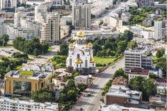 Rússia Ekaterinburg Igreja ortodoxa em um fundo da paisagem da cidade Fotos de Stock Royalty Free