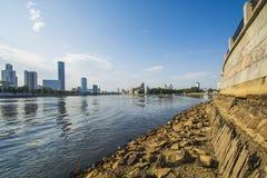 Rússia Ekaterinburg Lagoa da cidade no fundo de Yekaterinburg - cidade Imagens de Stock