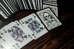 Rússia - em fevereiro de 2019: Cartões de jogo com crânios imagem de stock royalty free