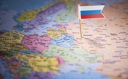 Rússia identificou por meio de uma bandeira no mapa fotos de stock royalty free