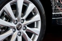 Rússia, Izhevsk - 21 de abril de 2018: Sala de exposições Toyota Disco da roda de Toyota Camry novo fotos de stock royalty free