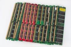 Rússia, Izhevsk - 27 de fevereiro de 2017: Grupo de quatorze módulos da memória da RDA do computador Isolado em um fundo branco Fotografia de Stock