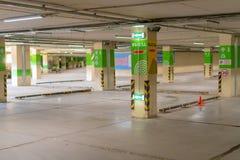 Rússia, Kazan - 10 de maio de 2019 Estacionamento subterrâneo brilhante sem carros fotos de stock royalty free