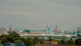 14-07-2019 Rússia, Kazan: Opinião da cidade na parte histórica da cidade com parede da fortaleza e mesquita de Kul Sharif video estoque