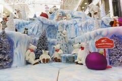Rússia, Krasnodar- 7 de janeiro de 2017: A instalação do inverno com os brinquedos no quadrado vermelho do complexo da compra e d fotos de stock