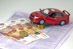 Rússia, máquina diagnóstica da inspeção do cartão, seguro de carro O carro vermelho está nas colunas das moedas Valor de diversas foto de stock