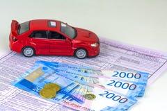 Rússia, máquina diagnóstica da inspeção do cartão, seguro de carro O carro vermelho está no formulário Valor de diversas cédulas  imagens de stock royalty free