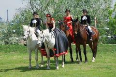 Rússia, Magnitogorsk, - junho, 23, 2018 Cavaleiros em cavalos em trajes históricos durante Sabantuy - o feriado nacional do arado fotos de stock