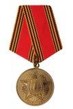 RÚSSIA - 2005: Medalha do jubileu 60 anos de vitória na grande guerra patriótica 1941-1945 isolado no fundo branco Foto de Stock Royalty Free