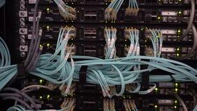 R?ssia, Moscou - 30 de abril de 2019: Servidor ?tico comutador Luzes de piscamento De fibra ?ptica Separa o computador em uma cre vídeos de arquivo