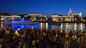 RÚSSIA, MOSCOU - 18 DE AGOSTO DE 2017 Os povos que dançam em Gorky estacionam a terraplenagem do rio na noite filme