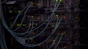 Rússia, Moscou - 3 de janeiro de 2018: piscar de fibra ótica do indicador de atividade do conector de cabo filme