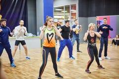 RÚSSIA, MOSCOU - 3 DE JUNHO DE 2017 aros dos povos que aprendem o encaixotamento no gym imagem de stock