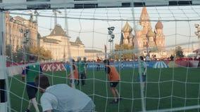 Rússia, Moscou - 14 de junho de 2018: Fãs do campeonato do mundo no futebol para a abertura do primeiro jogo da equipe do fósforo vídeos de arquivo
