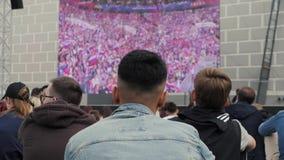 Rússia, Moscou - 14 de junho de 2018: Fãs do campeonato do mundo no futebol para a abertura do primeiro jogo da equipe do fósforo video estoque