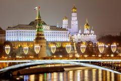 Rússia, Moscou, 06, em janeiro de 2018: Vista da ponte patriarcal ao Kremlin As decorações de ano novo e de Natal em Mosco fotos de stock royalty free
