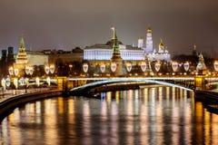 Rússia, Moscou, 06, em janeiro de 2018: Vista da ponte patriarcal ao Kremlin As decorações de ano novo e de Natal em Mosco imagem de stock