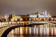 Rússia, Moscou, 06, em janeiro de 2018: Vista da ponte patriarcal ao Kremlin As decorações de ano novo e de Natal em Mosco imagens de stock