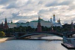 Rússia, Moscou, 13, em julho de 2015: Vista do Kremlin da ponte patriarcal fotografia de stock