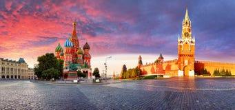 Rússia - Moscou no quadrado vermelho com Kremlin e ` s Cathe da manjericão do St fotografia de stock royalty free