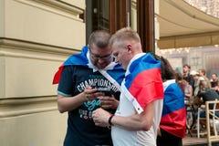 Rússia, Moscou, o 1º de julho de 2018 Os fãs do campeonato do mundo 2018 de FIFA olham o fósforo de futebol da Russo-Espanha fotografia de stock