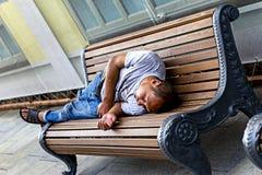 Rússia, Moscou, o 4 de agosto de 2018, sem abrigo e mendigo que dormem em um banco, editorial imagem de stock