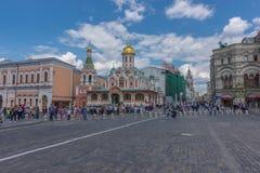 RÚSSIA, MOSCOU, O 8 DE JUNHO DE 2017: Os povos indeterminados andam perto da catedral de Kazan, Moscou Fotografia de Stock