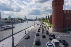 RÚSSIA, MOSCOU, O 8 DE JUNHO DE 2017: Tráfego rodoviário na rua da terraplenagem do Kremlin imagem de stock