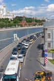 RÚSSIA, MOSCOU, O 8 DE JUNHO DE 2017: Tráfego rodoviário na terraplenagem de Sofiyskaya fotografia de stock