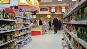 RÚSSIA, MOSCOU, o 7 de março de 2015, povos que compram em filme