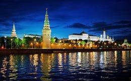 Rússia, Moscou, opinião da noite do rio, da ponte e do Kremlin fotos de stock