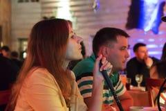 Rússia, Moscou, pode 18, 2018, menina que fuma um cachimbo de água em uma barra, editorial foto de stock