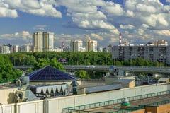Rússia, Moscou, Rublevskoe dentro da cidade, o carro novo na passagem superior Foto de Stock Royalty Free