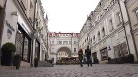 RÚSSIA, MOSCOU - SETEMBRO, 25, 2016 Proezd de Teatralny, lojas luxuosas e área cara dos boutiques vídeo 4K vídeos de arquivo