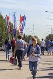 Rússia, Moscou, Vnukovo, o 27 de junho de 2018, o menino corre na rua, no editorial do verão imagem de stock royalty free
